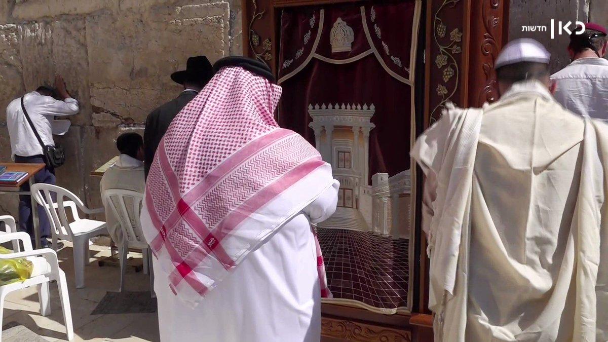 مواطن بحريني يصلي جنباً الى جنب مواطن اسرائيلي – هذه هي القيم الانسانية والاخلاقية، هذا هو السلام…