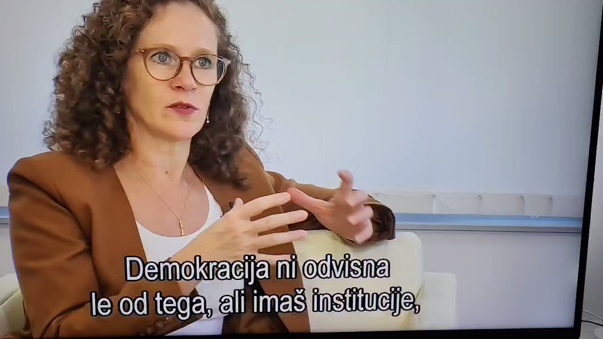 Sophie med drugim misli: -da vlada RTVju ne izplačuje budžeta (ja,tudi meni ni jasno kaj to pomeni) -da sta RTV &Delo provladna medija -da je Nova24 dobila 120k € na medijskem razpisu  Na žalost imamo mi točno take politike kot je ona.Razlika: v EU imajo tudi klasične liberalce