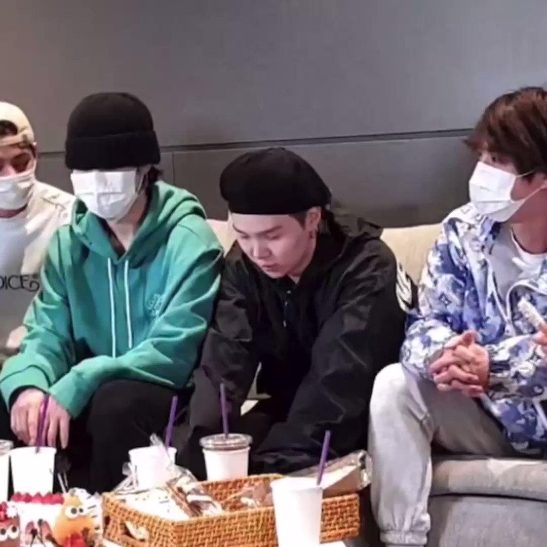 🐨: Ben BTS RM gibi giyineceğim. (Cadılar Bayramı için) 🐿: Ooo! 🐨: Ve maskemi açtığımda *gülüyor* 🐱: Vay! RM cosplay'i vay! 🐨: Merhaba 2, 3! Bang! Tan! Merhaba ben RM! 🐹: Vay sesi bile RM gibi!