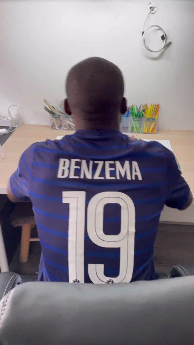 Un certain nombre d'heures et une cinquantaine de crayons plus tard… j'ai finis ma réalisation de @Benzema ! ✍️🎨RT apprécié 🙃
