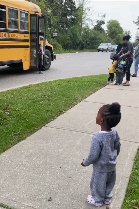 Little sister waiting for her older brother to get off the bus is the cutest thing you'll see today. They are so happy to see eachother!!! 🤗❤🤗.(🎥:thenoirlotus)