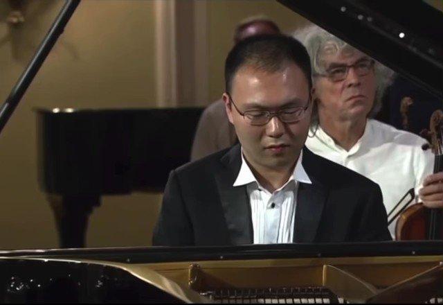 これは怖い!!!超有名コンクールの決勝で まさかの自分の予期してた協奏曲ではない曲が始まる!! しかもその曲のピアノの入りは冒頭すぐ😱  困惑した顔がもう辛すぎる… でもこのピアニスト、オーケストラを止めずにちゃんと弾き切ったそうです。すごすぎやろ!!