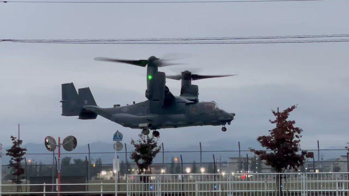 横田基地 オスプレーのホバーリングお辞儀をしたらお辞儀を返してくれた笑#横田基地 #オスプレー#飛行機写真