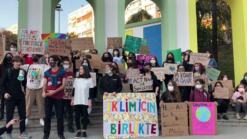 🌍Genç iklim aktivistleri COP26 öncesinde Maçka Parkı'nda bir araya gelerek fosil yakıtları #YerinAltındaBırak çağrısı yaptılar. #İklimGrevi2021  @FridaysTurkey @youth4climatetr @rootsnshootsTR