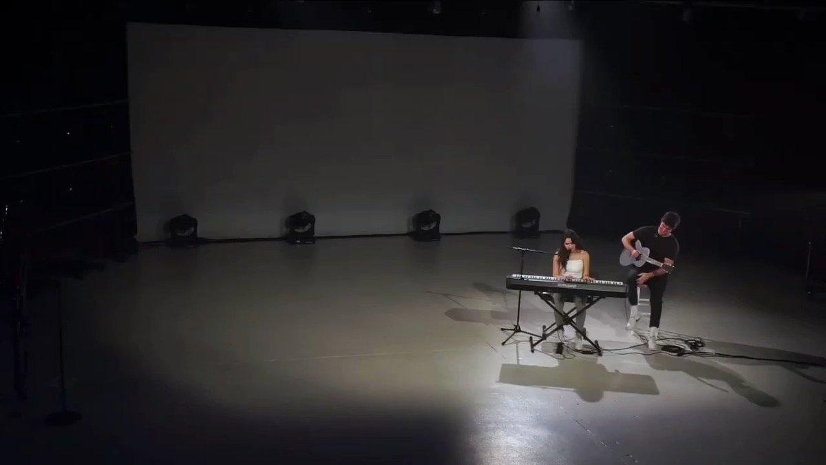 Laura'mın virtual turu 1 yıl önce bugün bitmis o yüzden tekrar su güzel cover mash-up performansındayım 😍😍😍