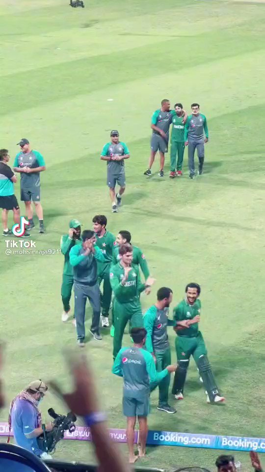 """This Pakistan team has nailed the wholesome and professional thing.   Here's captain Babar Azam and vice-captain Shadab Khan asking the Pakistan crowd to tone down their """"security"""" chants to New Zealand.  #T20WorldCup https://t.co/Is0YZzZ2HI"""