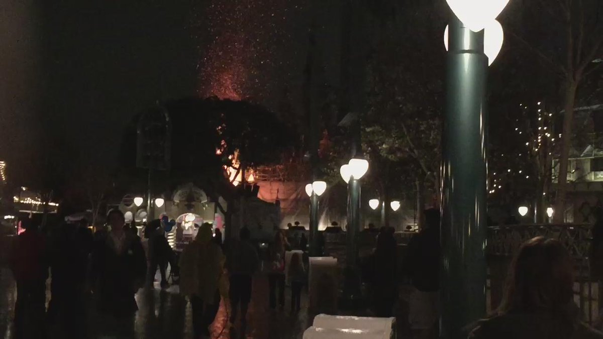 Disneyland fire. Video shot by @JennTimberlake @ABC7 http://t.co/HO9q6x12Cn