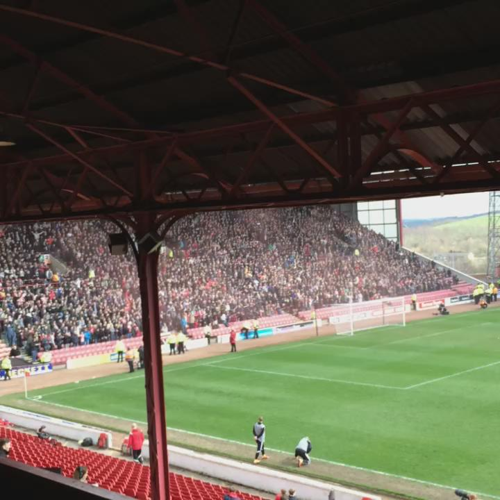 1-0 Blades superb header from Davies. United fans bouncing now  #sufc #barnsleyfc http://t.co/YWKlArIuIM