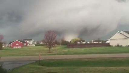 "VIDEO: ""That's going through subdivisions"" -- Large tornado tears through Rochelle, IL - [Stephanie Sego Curtis] http://t.co/vOTiNhk2C8"