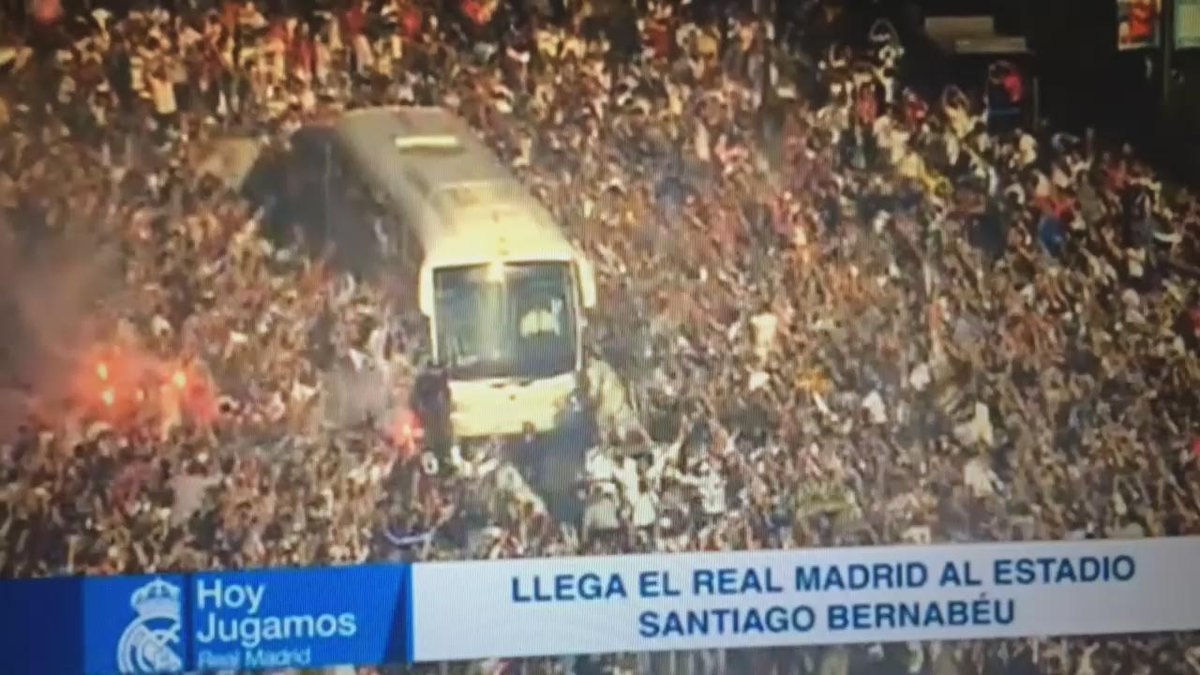 Increíble la llegada del Real Madrid al Santiago Bernabeu. #pelosdepunta #HalaMadrid http://t.co/eFaGEXUCoe