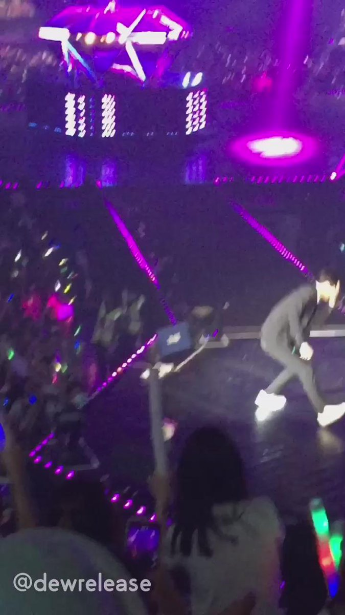 Drop That - พี่ชาน : โก เซฮุนๆ - ฮุน : (อ้าวเฮ้ย กรูเหรอ ไมค์ๆ ไมค์อยู่ไหนๆ) *ลุกขึ้นเต้น* #เอ็นดูแรง #exoluxioninbkk http://t.co/8EFOoIRPYq