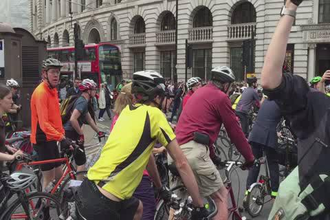 Powerful footage of the hundreds of cyclists who attended the #space4cycling protest this morning at Bank junction http://t.co/R94vcucnMj