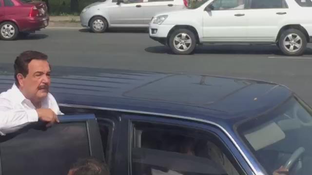 Video: #Nebot desbloquea personalmente el paso a los buses. http://t.co/1iiqZrAetG