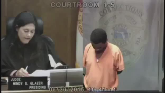 قاضية عند محاكمتها لأحد المجرمين تفاجأت بأنه احد زملائها القدامى في المدرسة. ردة فعل المجرم بمجرد معرفته مبكية! http://t.co/CJ2nZRnusL