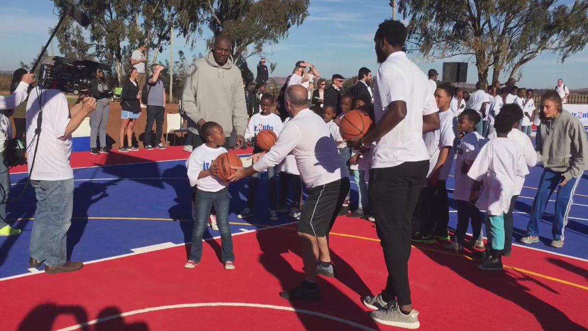 NBA legend Hakeem Olajuwon helps kids in Soweto with their lay-ups. @nbacares http://t.co/rZod8tdQOH