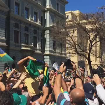 .@AecioNeves sendo recebido na Praça da Liberdade, em Belo Horizonte http://t.co/11WwlRGkxI