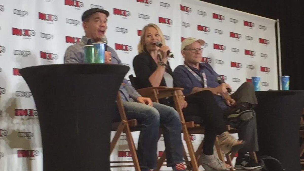 "ST Voyager's @JeriLRyan & @RobertPicardo sing ""You are my Sunshine"" @FANEXPOCANADA http://t.co/47pIE1BPX3"