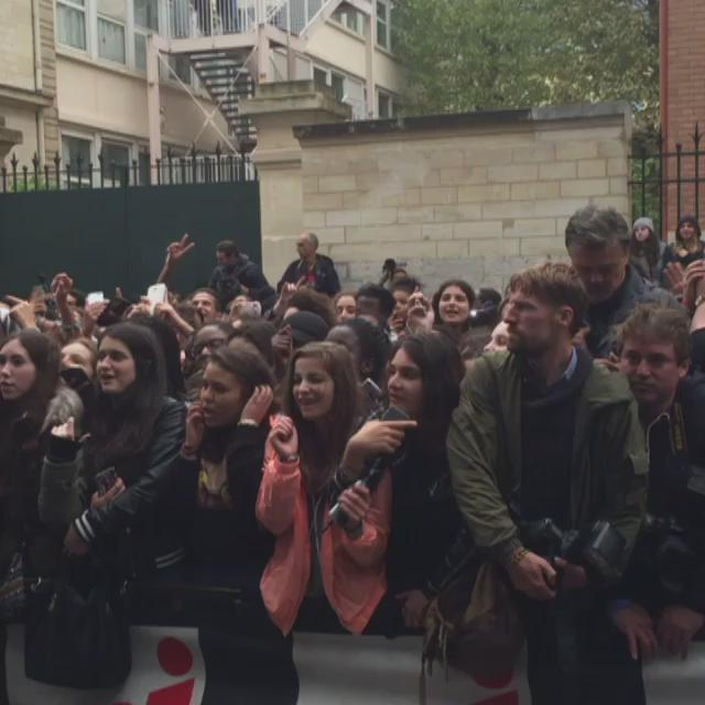 Les fans de @justinbieber chante sa chanson 'What Do You Mean' devant #NRJ
