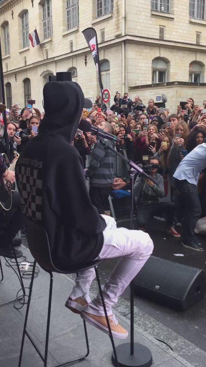 .@justinbieber interprète en live un de ses titres devant #NRJ !! #JustinBieberSurNRJ
