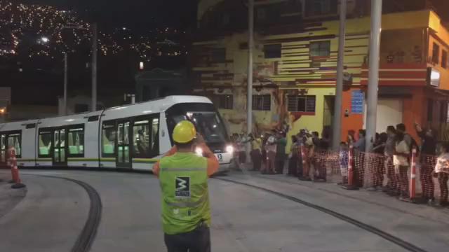 La gente sale a las calles para ver su tranvía por primera vez de noche. Histórico. Espectacular. @metrodemedellin. http://t.co/hTu1czl9Dg