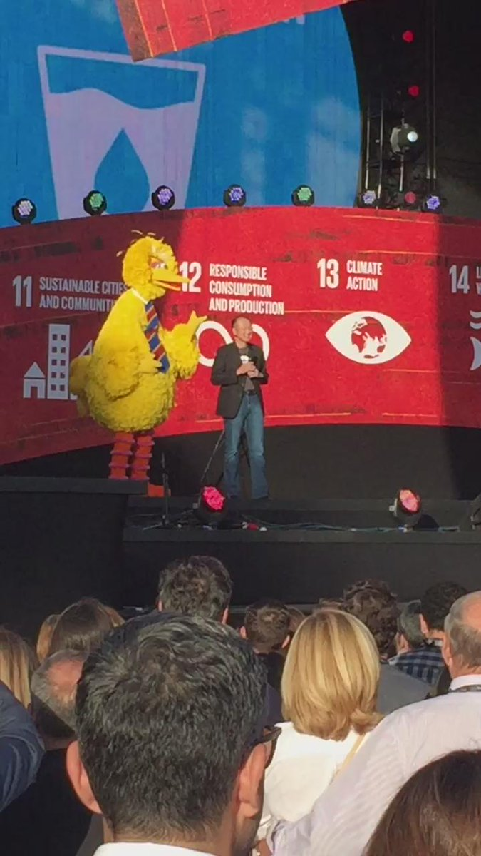 .@BigBird and President @JimKim_WBG are talking water, sanitation, & Twitter at #GlobalCitizen http://t.co/MBscxukt6H
