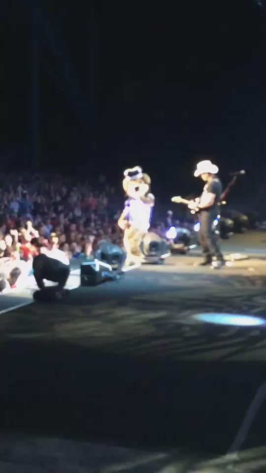 Big Blue living the life of a rock star with @BradPaisleyLive #ODU #ODUSports @ODUnow http://t.co/kvIKOIwXzH