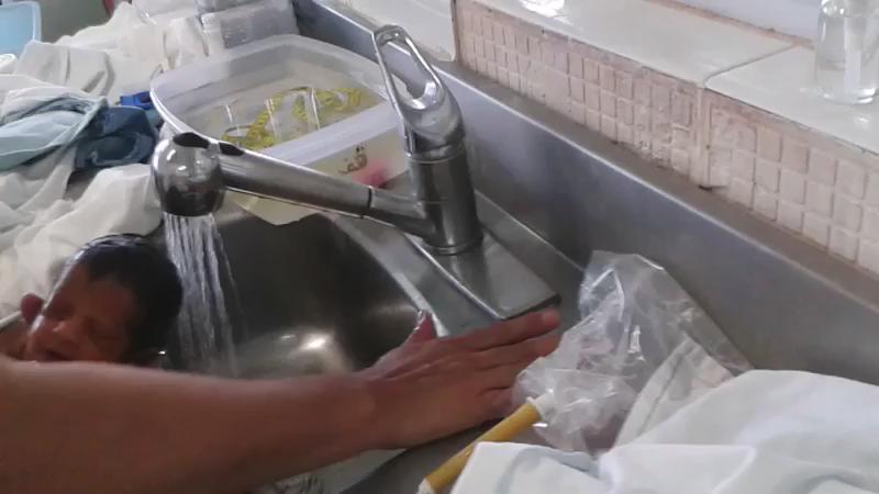 Así bañan a los bebés en el Hospital Materno Infantil de #Durango. El video se filtró y causa indignación. http://t.co/PHFiniveTH