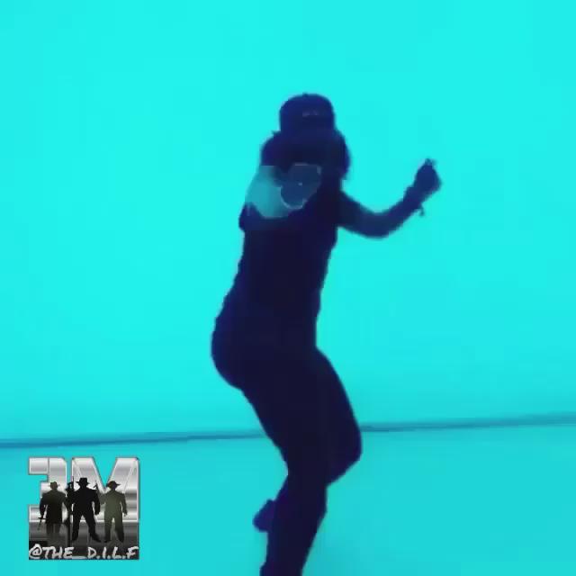 Drake killing it in the new video  #vamos