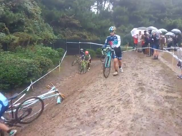 Great vid from facebook via Marcin motyka.  RETWEET if you laughed  LIKE if you feel sorry for the riders! #CX https://t.co/idR0phqZcP