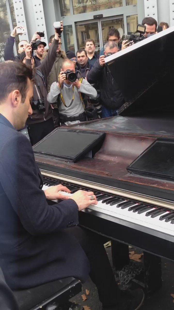 Pianist Plays Cover of John Lennon's 'Imagine' Outside Bataclan in Paris