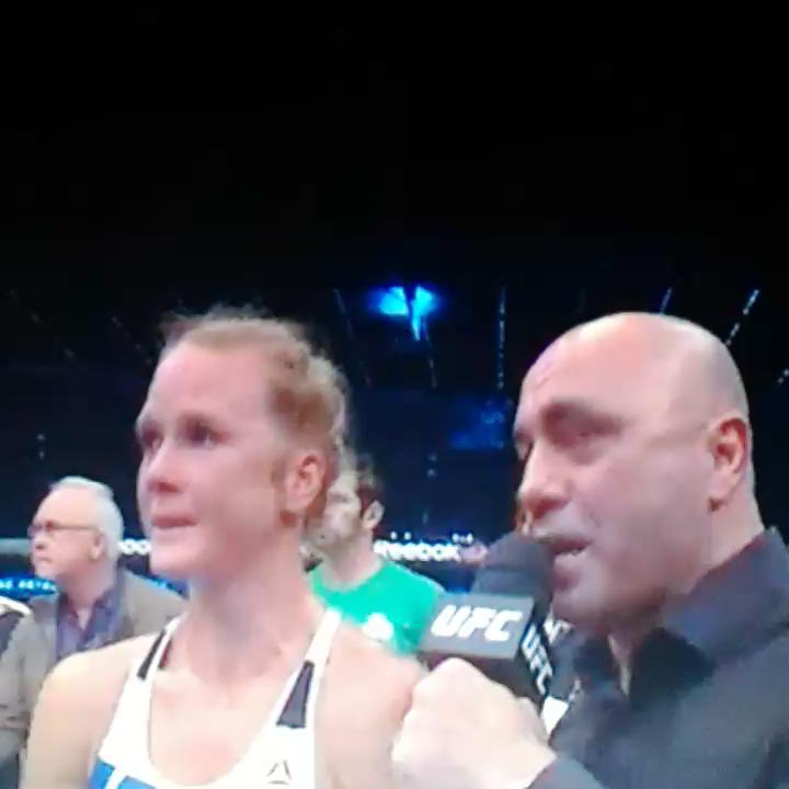 La mandó a dormir!! Impresionante lo de Holm y merecido por tan excelente pelea!!  #UFC193 https://t.co/fQ2ERJ2gRs