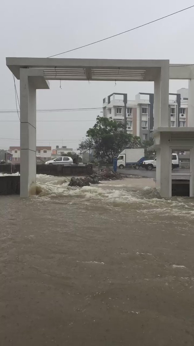 #chennairains madness at Guduvanchery. Featherlite & Akshaya apartments are flooded completely! @TimesNow https://t.co/RykprqBj0r