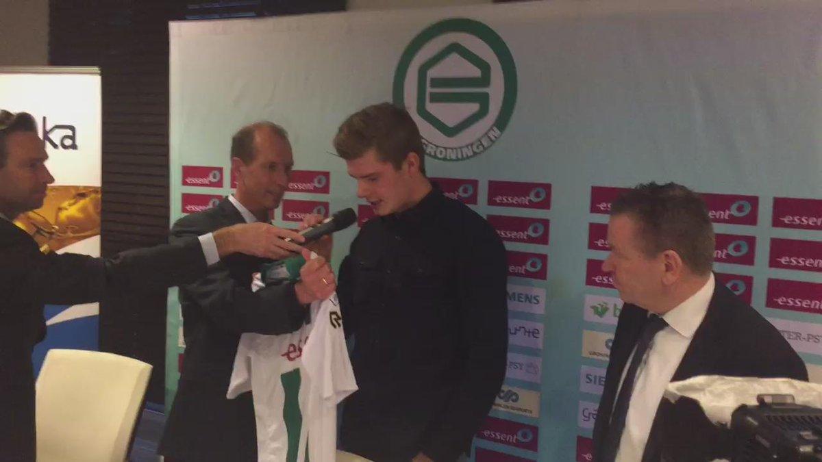 Alexander Sørloth ontvangt shirt van FC Groningen. https://t.co/Kvz00DdDAN