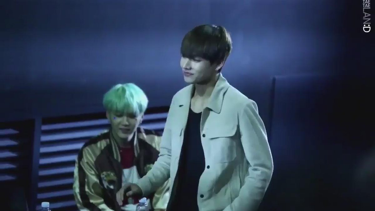 Their legendary handshake beats all the handshakes in this world ( + so much uwu for yoongis smiles whilst watching taekook dearly)💘 #PCAs #TheMusicVideo #BoyWithLuv @BTS_twt
