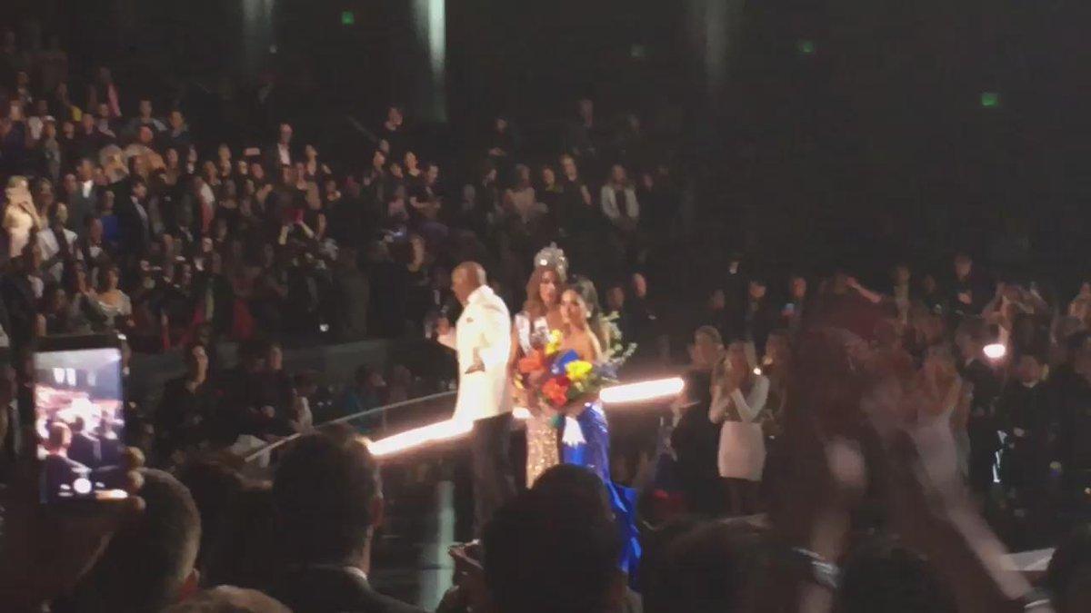El momento histórico! Le quitan la corona de #MissUniverso a #MissColombia https://t.co/E4yZdE0iWJ