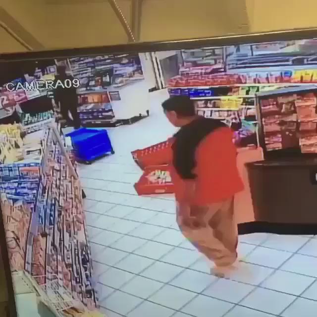 """Homie thought he had a clear path outta there... Clerk said """"nope"""" https://t.co/9WJHYaJ9UT"""
