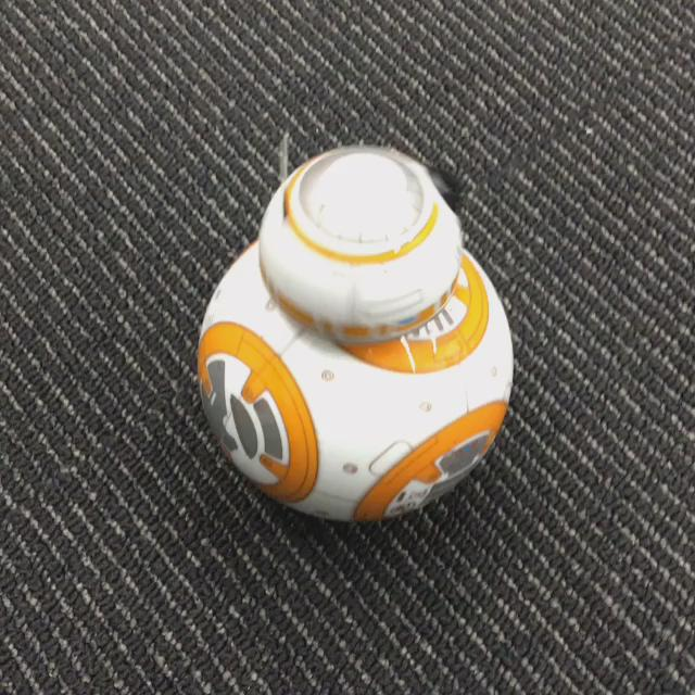 生き物と感じる最小限の幾何学形状になっている。頭取ると球にしか思えず可愛さが消滅する。究極の(ペット)ロボットデザインではないだろうか。RT @rkmt: sphero bb8の動きが良すぎて今日来たお客さんが軒並み買いたがってる。 https://t.co/KucZhInzs1