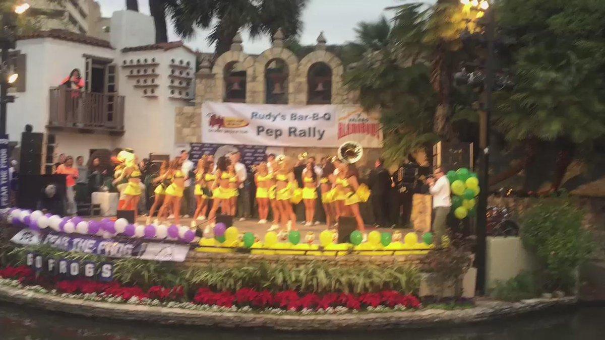 #BestInTheWorld @OregonCheer at the @valeroalamobowl pep rally. #GoDucks https://t.co/dzS0wfdV0I