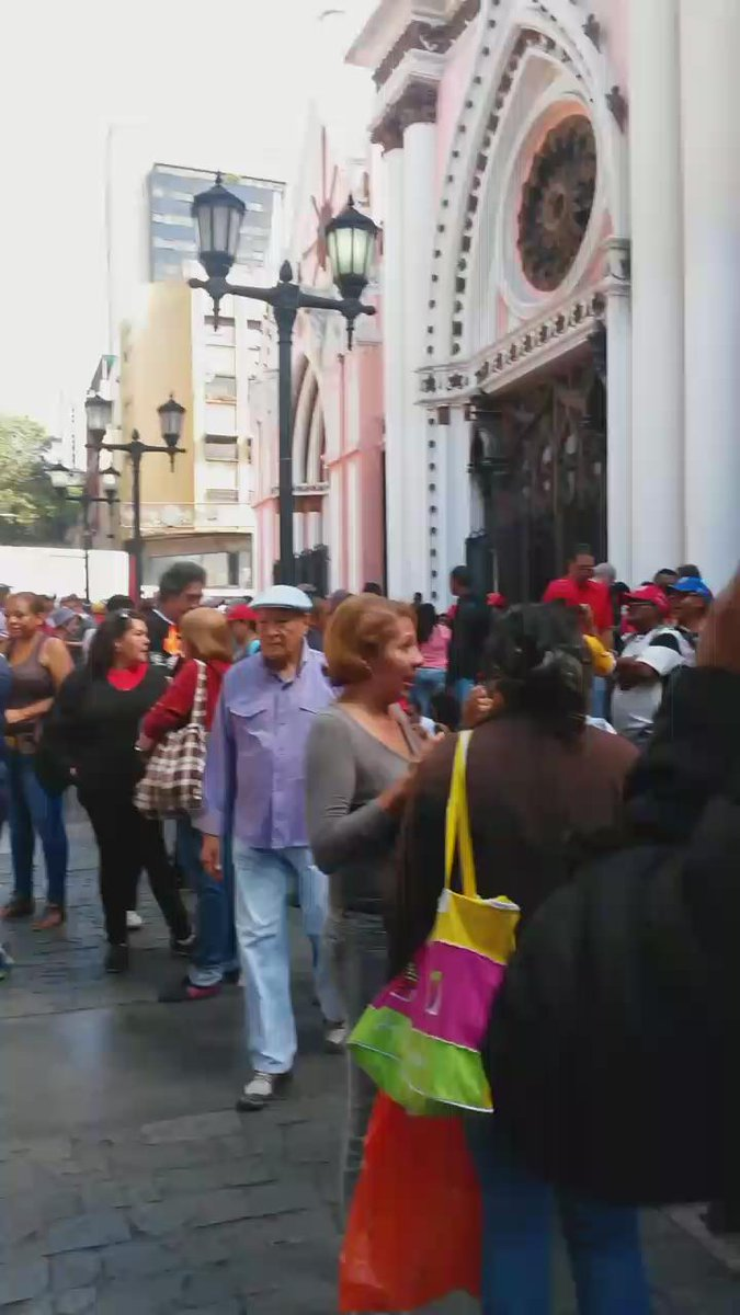 """Que tristeza :(  """"@VVperiodistas: Desolación en la concentración oficialista en la Plaza """"Lina Ron"""" (Vídeo) https://t.co/ag43jCu0tn"""""""