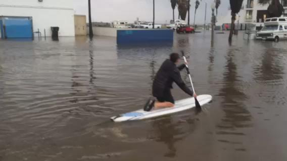 Check out this guy paddle boarding through Ocean Beach today! (Video courtesy: Mark Yancey) #ElNino #NBC7 https://t.co/0ONNSngRWD