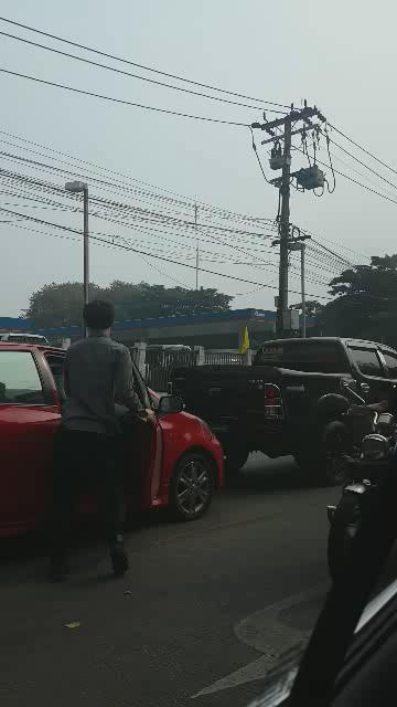 คลิปนี้ดังใหญ่แล้ว และภาพมันก็ชัดเจนว่า รถกระบะวีโก้ถอยชนรถยาริสสีแดงชัดๆ https://t.co/zpXMpvAJoI