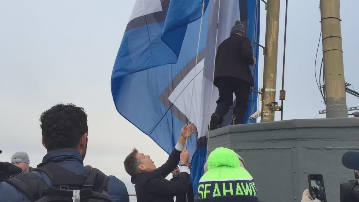 .@JimZorn10 raises the 12 flag on top @space_needle! #GoHawks #BlueFruday https://t.co/Zefdb0uliv