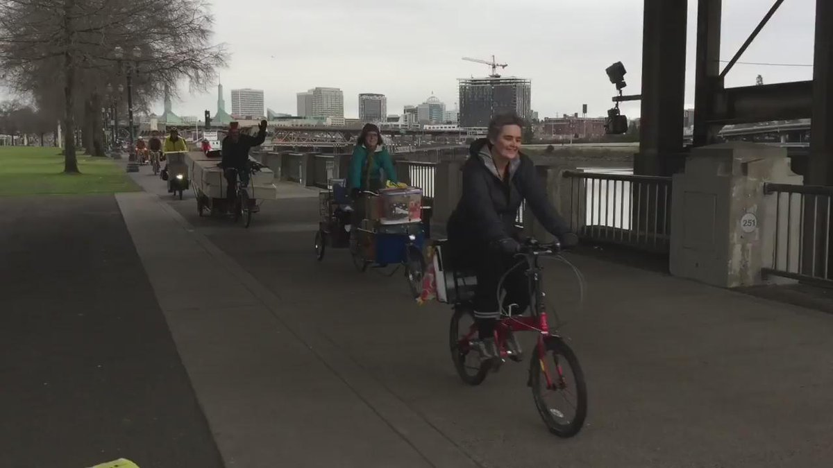 This is what a 40-person bike move looks like! https://t.co/gmWnSdDvmI #bikemove #pdx #therealportlandia https://t.co/pw8q3ppEdt