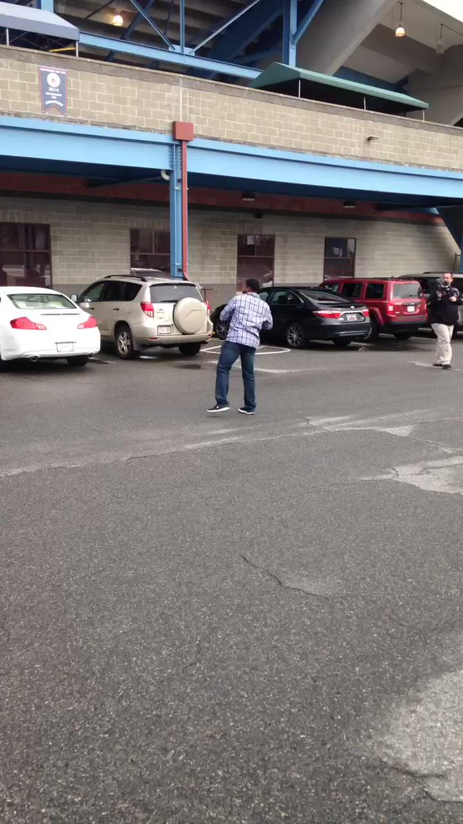 Jackie Bradley Jr. just playing catch with some fans outside McCoy Stadium today. #JBJ #unreal https://t.co/lht6CUU5Sd