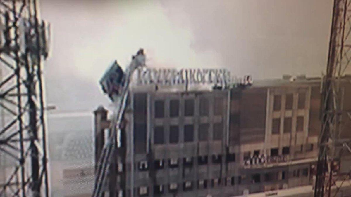 SAFD Firefighters on ladder above parking garage @rivercentr mall parking garage fire @KENS5 on scene