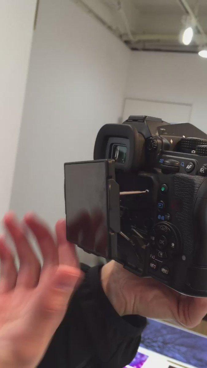 昨日☆電撃発表「PENTAX K-1」早速グリグリする事に成功! このギミックとメカ感!まさにカメラ界のマッドマックス!!!無茶苦茶カッコイイです! https://t.co/MAxWXPSbih https://t.co/L0tQiuC9dh