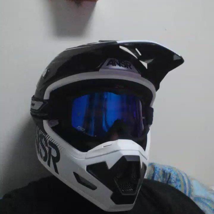 雨でバイクに乗れないオタクの自撮り https://t.co/0yUdeA891n