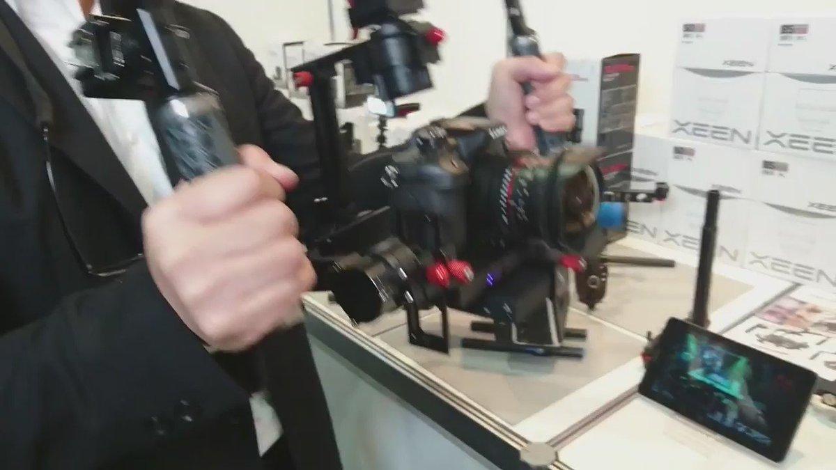 CP+2016のJBSクロスブースにて、「VARAVON」のカメラスタビライザーです。自由自在にぐにゃぐにゃ動いていますが、カメラはしっかり固定されています!すごい!