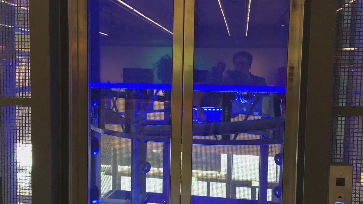 このエレベータ、底部の螺旋が回転し、支柱に配列されたローラー突起を手掛かりに昇降する。こんな機構初めて見た! https://t.co/gvcmwkyiwS