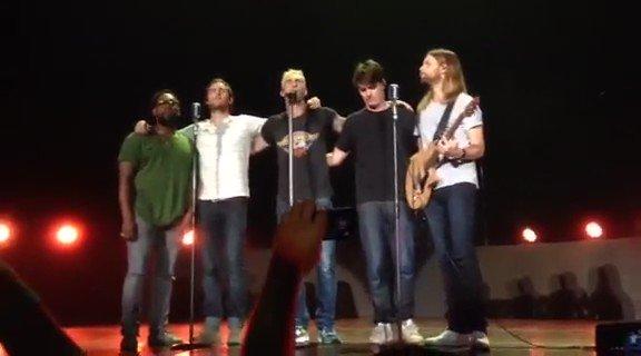 """.@Maroon5 en Monterrey interpretando """"Payphone"""" a acapella. (Video vía Magda León) #M5OnTheRoad https://t.co/FAo6hWvKUV"""